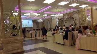 Мама поет на свадьбе сына