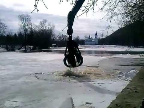 Ломают лед на р.Сим (г.Аша, Челябинская область)