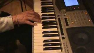 rini speelt op een yamaha psr 2000