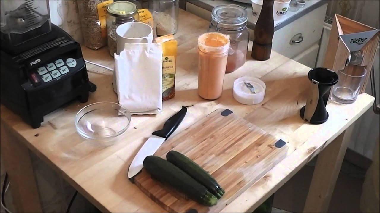 Vegane Rohkost: Spaghetti aus Zucchinis mit cremiger Tomatensauce (Raw Vegan Spaghetti)