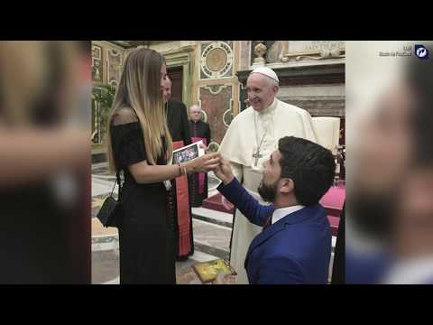 Venezuelan proposes to girlfriend in front of Pope Francis