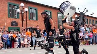 Шоу барабанщиков «Brincadeira» (Испания) «Vertical». Трюк с барабанами