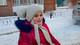 Детский ВЛОГ  Маша с мамой катается на коньках  Дима бегает по льду