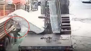 Huge blocks of glass fall from truck, burying worker