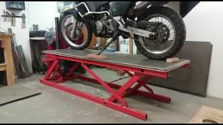 Servisní zvedák na motocykl