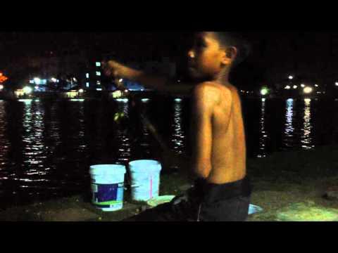 บ่อสกุณา เด็กอายุ 15 เย่อกับปลา Fishing together.