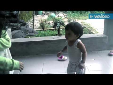 Video anak kecil berpelukan dengan kakaknya