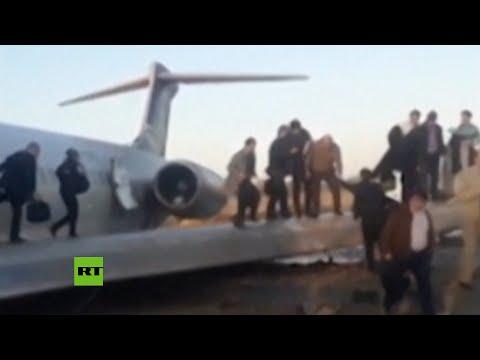 Un avión iraní se sale de la pista tras aterrizar y queda en medio de una calle