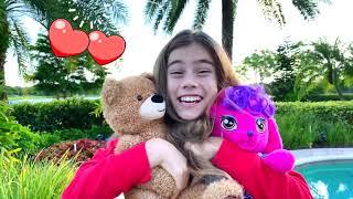 Nastya brinca com brinquedos novos e se diverte com Artem