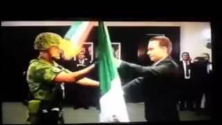 soldado 'arrebatando' bandera a gobernador de Chiapas