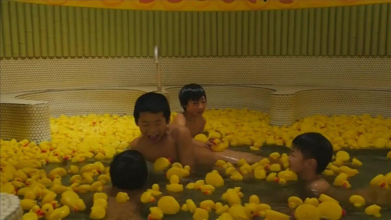 Japanese bath house offers a dip with 1000 rubber ducks ...