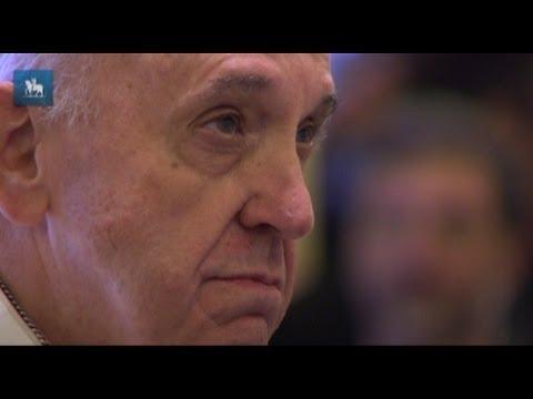 Papa se emociona ao ver imagem de Nossa Senhora Aparecida