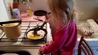 Маленький поворенок Таня жарит яичницу