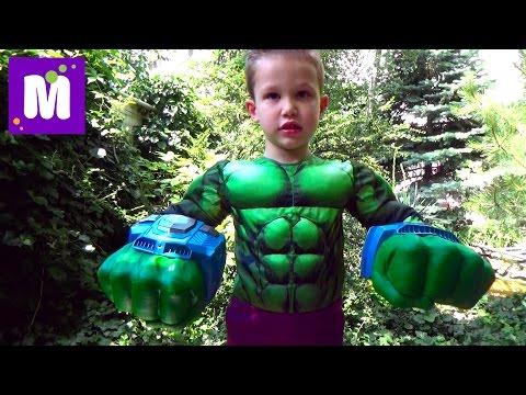 Макс играет в супергероев