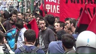 政府支持派と反対派がデモ ギリシャ世論を二分(15/07/01)