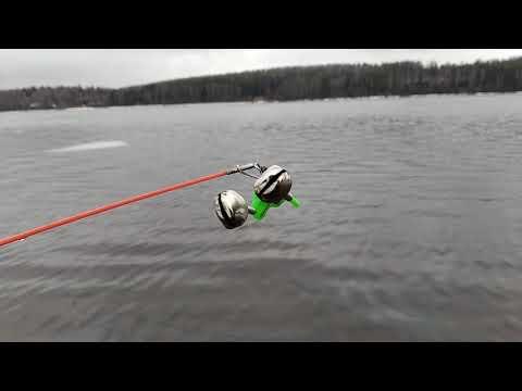Рыбалка на Волге ранней весной.