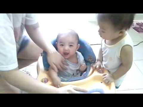 Tahapan Duduk pada bayi, tahapan apa aja sih sebelum si bayi bisa duduk mandiri? Umur berapa bayi bi.