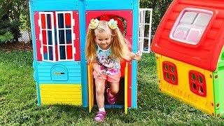 Roma e Diana finge Brincar em casinhas de brinquedo