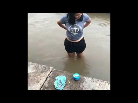 Cewek cantik mandi di sungai