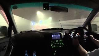 トンネル内で霧の中を駆け抜ける