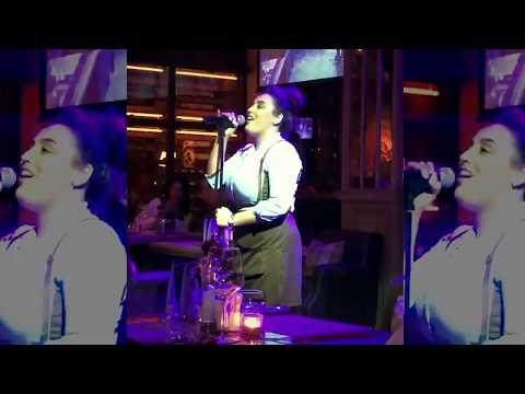 Это надо слышать! | Singing Waitress