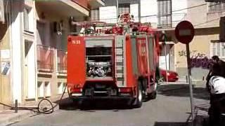kozan.gr: Πυκνοί καπνοί, από φωτιά, ανάμεσα σε κατάστημα και οικοδομή που στεγάζεται ο ΟΑΠΝ