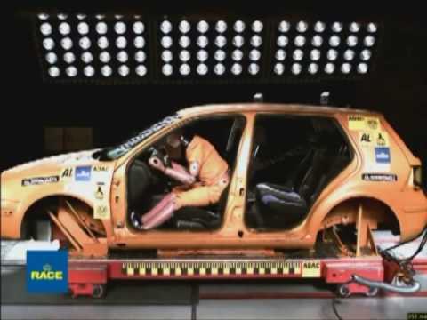 Importancia y efectividad del cinturón de seguridad incluso a bajas velocidades. RACE: El Real Automóvil Club de España ha participado en un informe europeo en el que se demuestra la importancia de llevar puesto el cinturón de seguridad, y su efectividad incluso a bajas velocidades. A través de una prueba de choque a 30 kilómetros por hora se ha demostrado que el riesgo de sufrir lesiones se incrementa significativamente cuando no se utiliza el cinturón de seguridad, y que el impacto que sufren los ocupantes como consecuencia de un pasajero que no hace uso de este sistema aumenta potencialmente la probabilidad de sufrir daños graves e incluso la muerte.