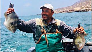 مغامرة خطيرة هجم علينا سمك الذئب المقاتل بعرض البحر جنوب المغرب بالقارب التقليدي ..