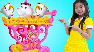 Emma Finge Jugar Con Juguetes de Té y Se Viste Como Princesa Bella