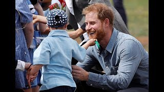 5-year-old tugs Prince Harry's beard in Australia thumbnail
