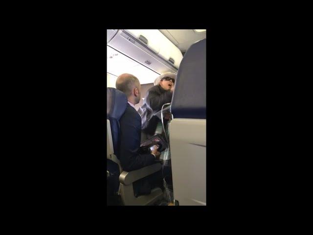 Así fue la reacción de esta mujer en pleno vuelo porque no podía fumar