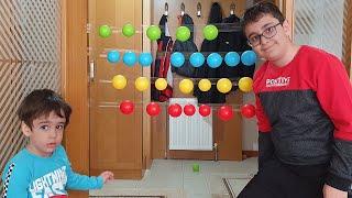 Berat ile Buğra Renkli Top Yapıştırma Oyunu Oynadı