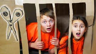 ماذا لو تم إغلاقك أنت وصديقك المفضل ليلاً في المدرسة؟ لحظات محرجة مع الأصدقاء إلى الأبد!