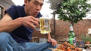 四根猪排骨,一瓶啤酒,阿远做的风味猪排骨,兄弟俩吃过瘾了