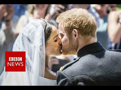 Royal wedding : Prince Harry and Meghan's first kiss - BBC News