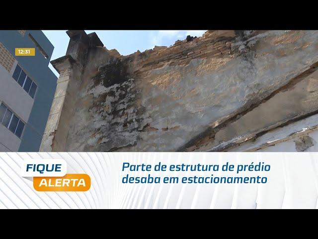 Parte de estrutura de prédio desaba em estacionamento no centro de Maceió