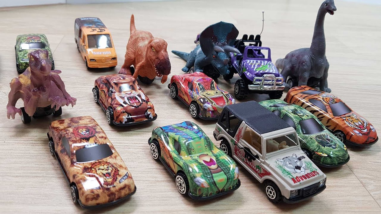 Dinosaurs and toy cars 장난감 자동차와 공룡