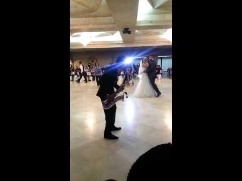 alberto Cruz tocando saxofon en la boda de keyla y Oscar