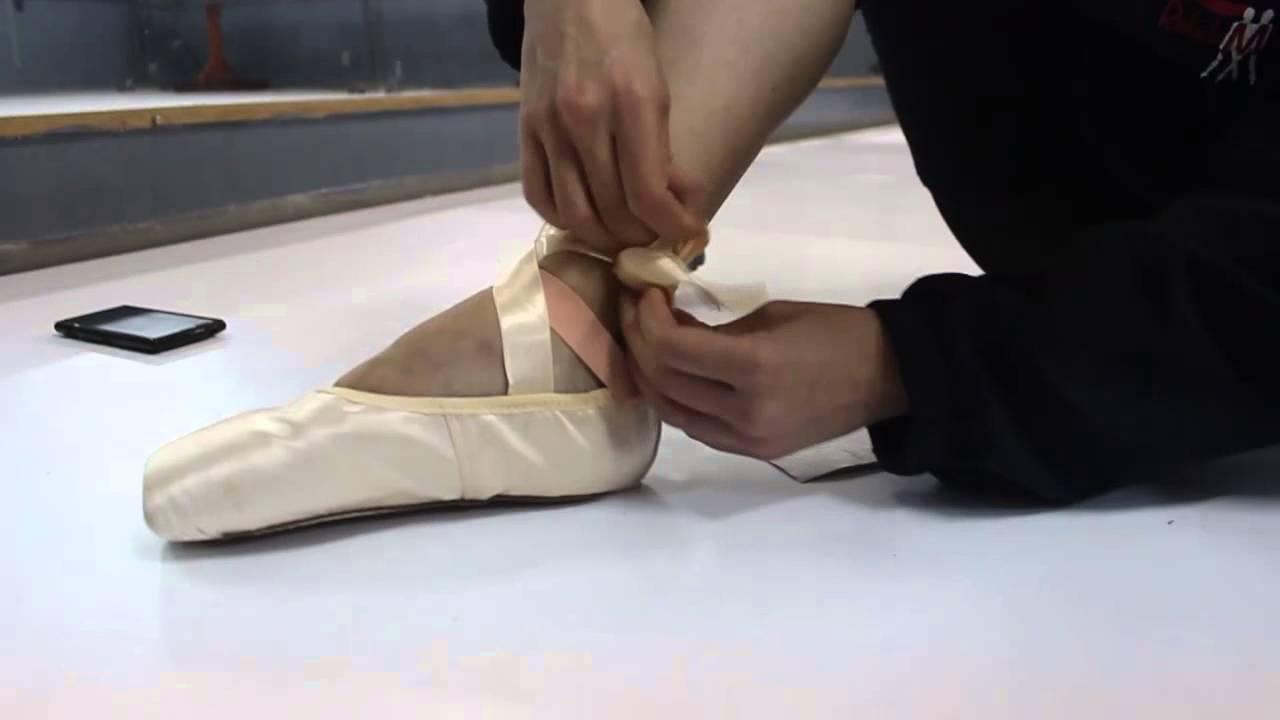 f5192370b1 Como Costurar a Fita de Cetim na Sapatilha de Ponta Meia Ponta - YouTube