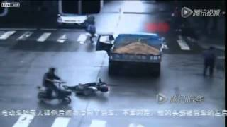 Repeat youtube video Warning Video : Scooter man running red run over in head by truck tire  He is killed instantly.