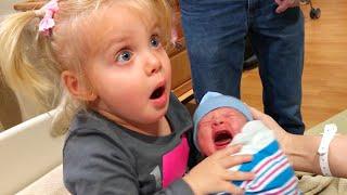 Первая встреча братьев и сестер новорожденного ребенка - мы смеемся
