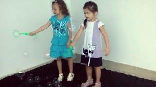 Дети в одежде Basia  (шоу мыльных пузырей)