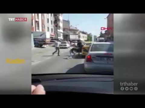 Taksici, yolcusunu bacağından tutarak dışarı attı