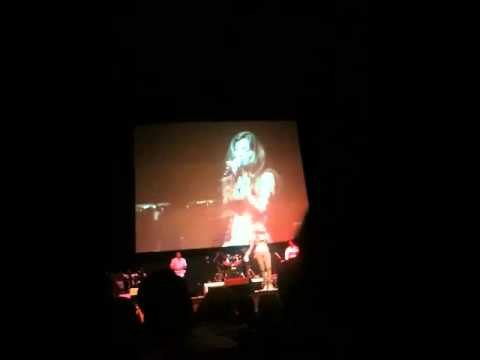 Shreya Ghoshal singing Vande Mataram in Singapore concert