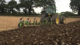 John Deere 4955 Ploughing with Dowdeswell DP1