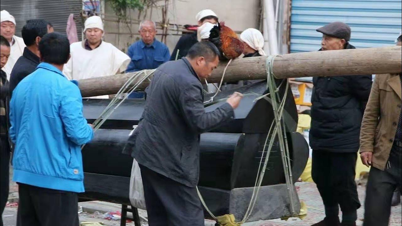 貴州農村白事風俗,家鄉習俗用這樣的大木頭棺材如今很少見了