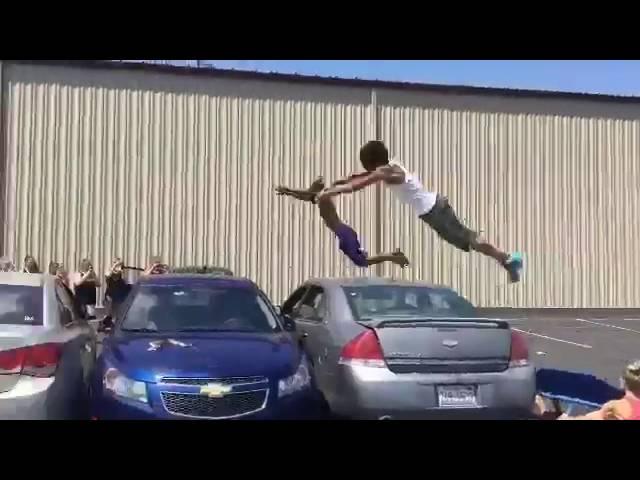 Los Juegos Olímpicos de la calle: realizan una increíble voltereta sobre tres coches