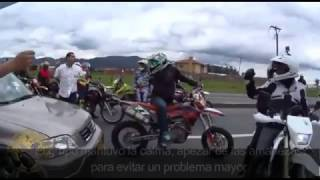 conductor de auto enojado vs supermotard  (motos vs auto) supermotard