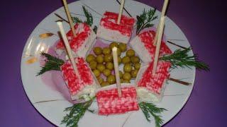 Крабовые палочки фаршированные яйцом и сыром. Крабовые роллы. Закуска из крабовых палочек.