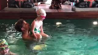 Смотреть Максим Галкин весело проводит время с Лизой и Гарри в бассейне онлайн